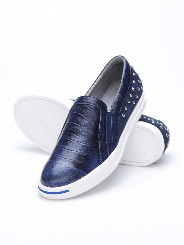 鳄鱼纹铆钉休闲皮鞋